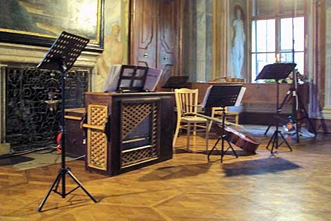 Milotice, freskový sál před vystoupením ansámblu Crescendo, foto Boris Klepal