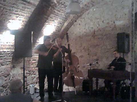 Pacora Trio – povšimněte si smyčce přes všechny struny