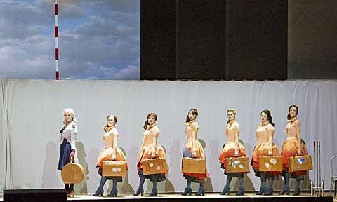 Prostitutky sJenny přicházejí do Mahagonny. © Wiener Staatsoper / Michael Pöhn