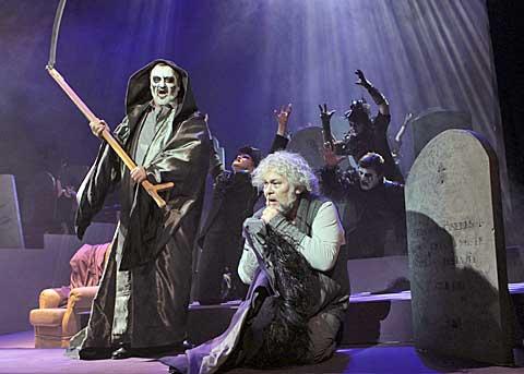 Ján Galla (Jacob Marley), Peter Mikuláš (David Scrooge), foto Ctibor Bachratý