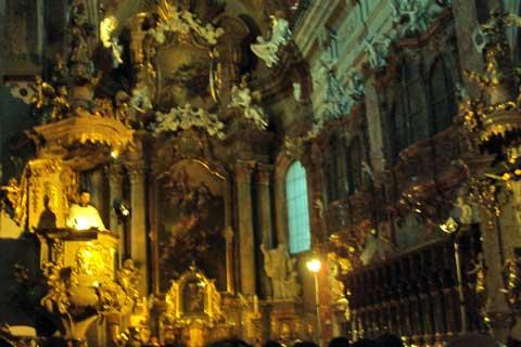 """Kostel Nanebevzetí Panny Marie """"u Jezuitů"""", čtení z kazatelny, foto Boris Klepal"""
