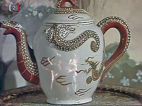 Ve dvou pít čaje číš, co můžu žádat víc... nepřehlédněte balet, jenž se zrcadlí na čajové konvici.