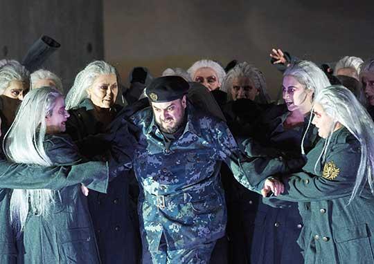 George Petean (Macbeth) a čarodějnice, foto © Wiener Staatsoper / Michael Pöhn