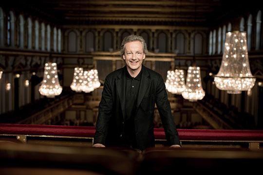 Dirigent Franz Welser-Möst na balkoně Musikvereinu. Foto © Julia Wesely