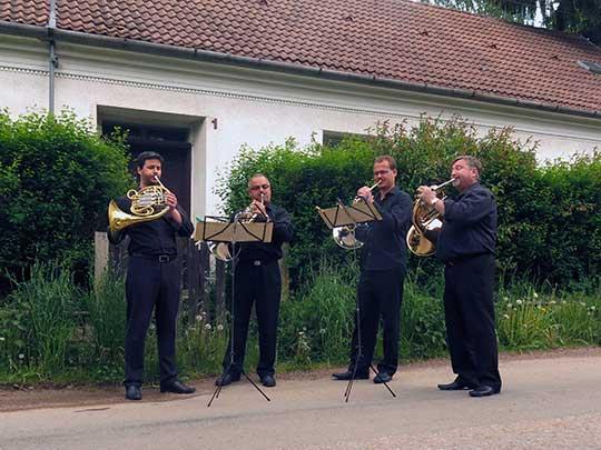 Zvací fanfáry. Brněnští hornisté na ulici před mlýnem